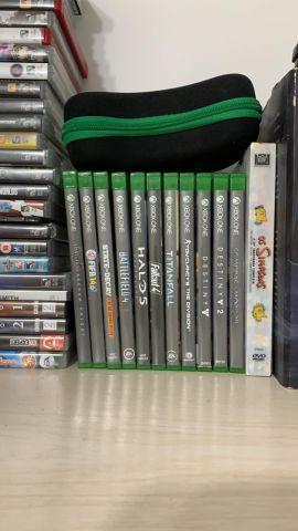 troca Xbox One 500gb, 2 controles e 11 midias fisicas.
